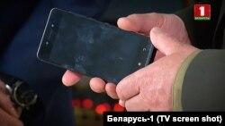 Тэлефон для ўрадавай сувязі ў руках старшыні КДБ Валерыя Вакульчыка