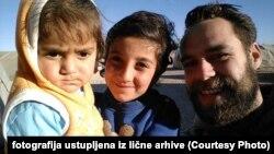 Igor Kubat sa decom izbeglom iz Sirije