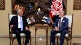 عبدالله عبدالله رئیس اجرائیه افغانستان حین ملاقات با زلمی خلیلزاد نماینده ویژه ایالات متحدۀ امریکا برای صلح افغانستان
