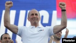 Armenia - Former President Robert Kocharian greets supporters during an election campaign rally in Yerevan, June 18, 2021.