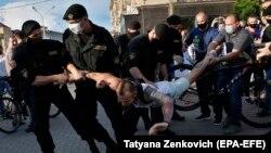 Полицаи задържат протестиращ в Минск на 19 юни