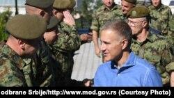 Ministri i Mbrojtjes i Serbisë, Nebojsha Stefanoviq dhe shefi i Ushtrisë së Serbisë, Millan Mojsilloviq gjatë vizitës së njësive ushtarake në veri të Serbisë. 26 shtator 2021.