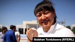 Кыз-келиндер күрөшүнөн Мээрим Жуманазарова коло медаль алды. Бул эгемен Кыргызстандын Олимпиада тарыхында кыз-келиндер арасындагы алгачкы медал.