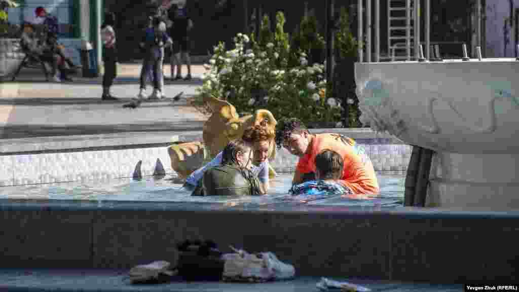 Подростки окунаются в фонтан в Комсомольском парке