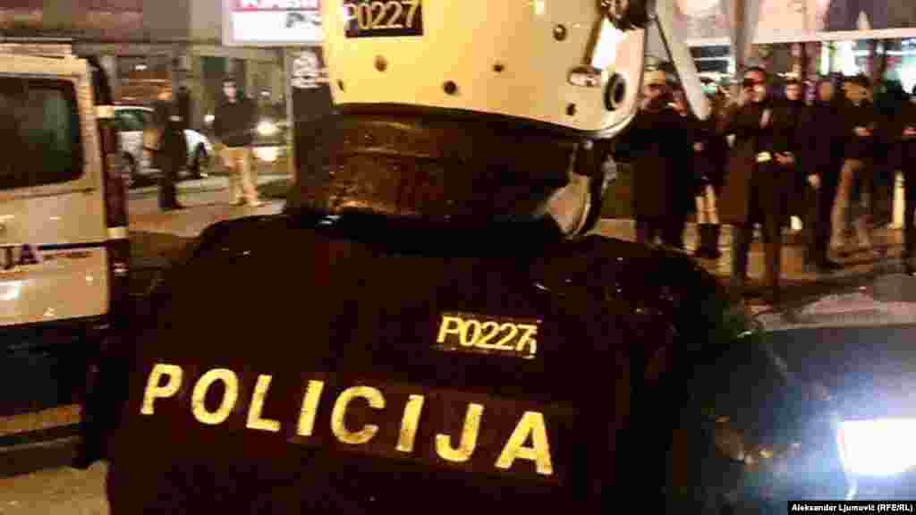 ЦРНА ГОРА - Тим на црногорската царина за спречување на криумчарењето во соработка со полицијата ќе изврши претрес на сите хангари на магицините за складирање цигари во пристаништето во Бар во Црна Гора, потврди за Радио Слободна Европа Радован Џуришиќ, раководител на Основното јавно обвинителство во тој град. Надлежниот суд пак на барање на обвинителството издаде наредба за земање на снимките од видео надзорот на одредени објекти на пристаништето.