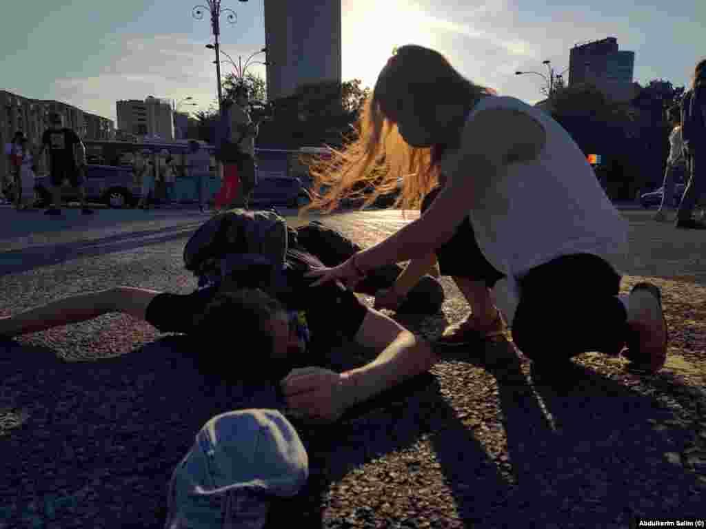 O tânără sare în ajutorul unui protestatar.