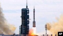 Пуск ракеты-носителя «Чанчжэн-2F» с космодрома Цзюцюань (Китай).