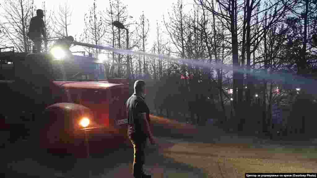 МАКЕДОНИЈА - Министерството за внатрешни работи информира дека денеска полицајци од Ресен го привеле К.С. од с.Лева Река, ресенско поради постоење основи на сомнение дека го предизвика пожарот во Лева Река, во кој беше опожарена нискостеблеста шума, кој во 17.40 часот е ставен под контрола. Тој е приведен во полициска станица и се работи на расчистување на случајот.