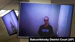 Алексей Навальный на экране монитора в зале суда. Москва, 29 апреля 2021 года.