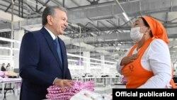 Нозима-опа, которая пообщалась с президентом Шавкатом Мирзияевым в качестве работницы швейно-трикотажного предприятия And gold, на самом деле является специалистом по вопросам семьи и женщин махаллинского схода граждан «Бештерак» в Избасканском районе Андижанской области