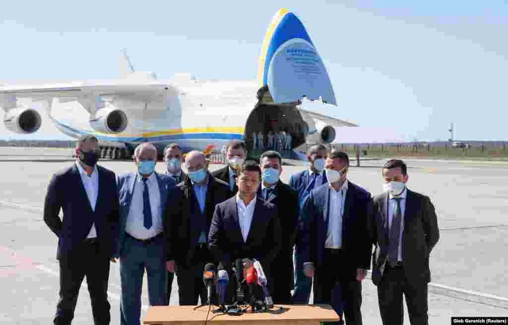 «Наша «Мрія» привезла в Україну 12 мільйонів масок – як для лікарень, так і для аптечних мереж. Також привезли близько 260 тисяч захисних окулярів для наших медиків і понад 100 тисяч захисних костюмів п'ятого рівня захисту», – сказав президент України Володимир Зеленський