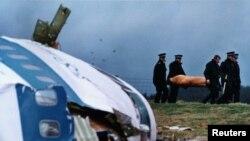 در جریان انفجار هواپیمای پان آمریکن بر فراز شهر لاکربی اسکاتلند ۲۷۰ نفر کشته شدند.