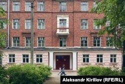 Бывшая школа в Боровичах