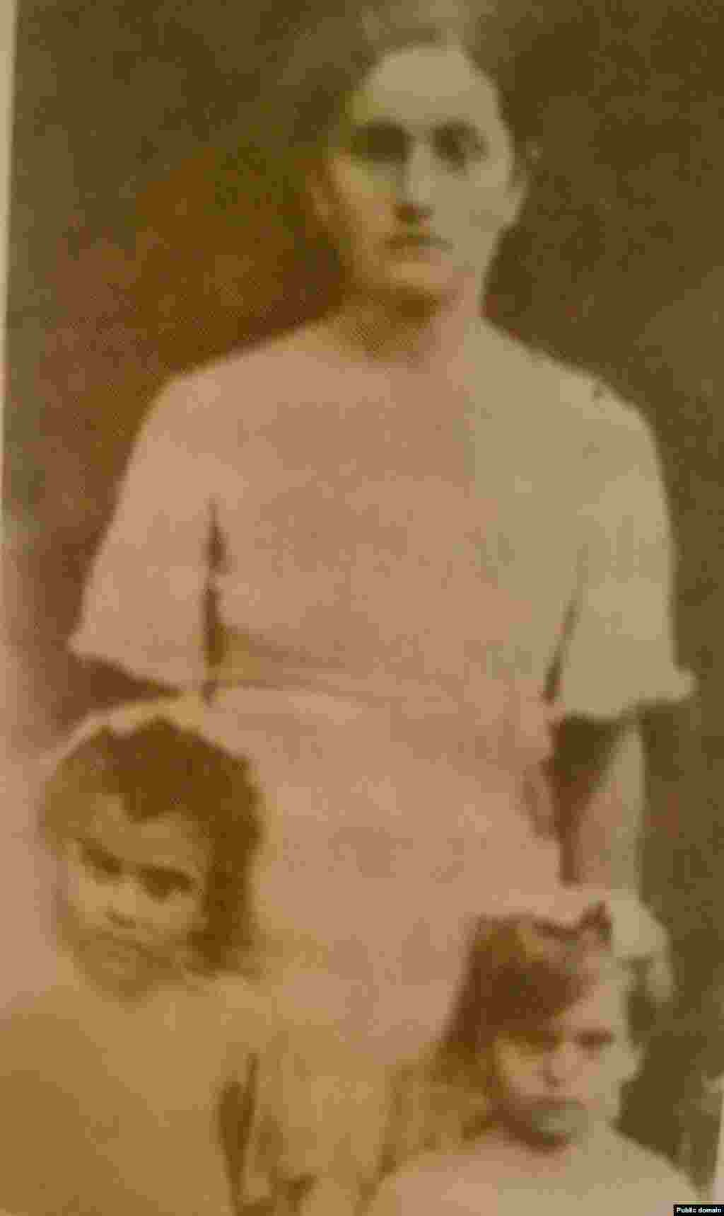 На фото –Зеліха Пашаєва з дітьми 1939 року. Її мати розстріляли німці 1942 року за зв'язок із партизанами, а чоловік загинув на війні 1943 року. Незабаром після смерті чоловіка Зеліху разом із батьком і дітьми депортували до Узбекистану. Їх поселили в брудну землянку без вікон, і погнали на роботу на будівництво. Люди стали вмирати від нестерпної спеки, голоду і брудної води