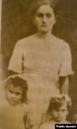 Зелиха Пашиева с детьми в 1939 году