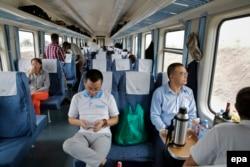 Китайские специалисты в вагоне экономического класса, построенного также в КНР