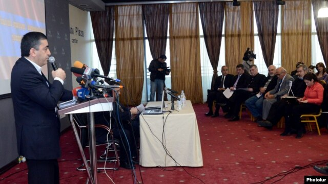 ՀՅԴ Հայաստանի գերագույն մարմնի ներկայացուցիչ Արմեն Ռուստամյանը ելույթ է ունենում խորհրդաժողովում: