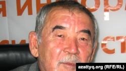 Ақын Жүрсін Ерман Азаттық радиосының Алматыдағы бюросында. 23 қараша 2011 жыл.