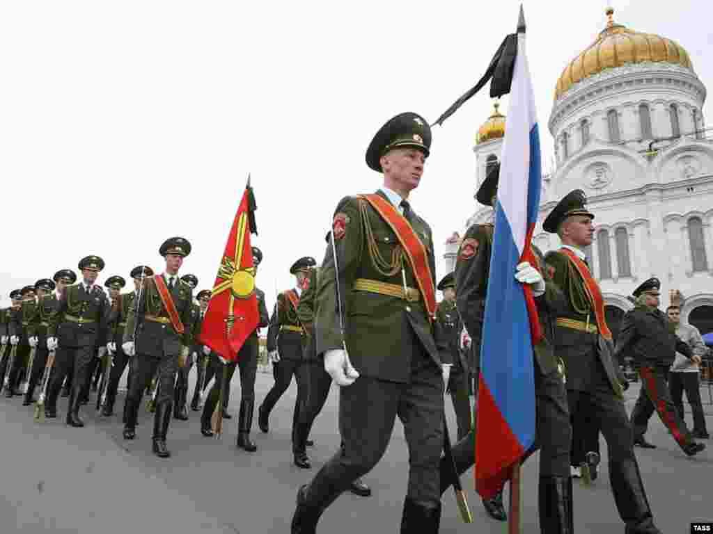 A guard of honor marches past the cathedral on April 24. (TASS)