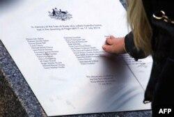 Родичі загиблих на борту рейсу MH17 австралійців біля меморіалу у першу річницю катастрофи. Канберра, Австралія, 17 липня 2015 року