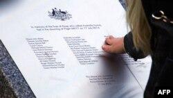 Памятная доска с именами погибших пассажиров, установленная в Австралии в годовщину катастрофы