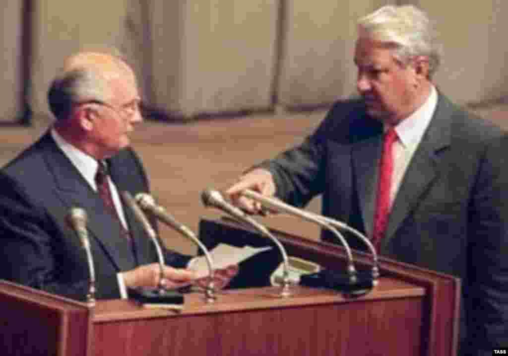 Rusiä prezidentı Boris Yeltsin (uñda) Mixail Gorbaçevnı 1991 yıl Awgust fetnäsen xuplawçılar isemlegen uqırğa mäcbür itä (AFP)