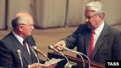 Президент Росії Борис Єльцин показує жестом президенту СРСР Михайлу Горбачову, вимагаючи прочитати документ про оголошення про свій відхід з поста генерального секретаря ЦК КПРС