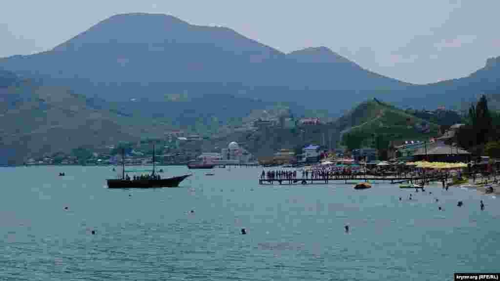 Найбільш затребувана туристами морська екскурсія вздовж згаслого вулкана Карадаг коштує 500 рублів (182 гривні) за півтори години