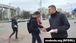 Юрась Губарэвіч раздае ўлёткі