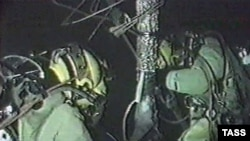 Норвезькі водолази обстежують підводний човен «Курськ». Компенсація пов'язана з публікацією, пов'язаною з рятувальною операцією на підводному човні «Курськ» у 2000 році