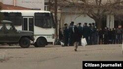 """Өзбекстан полициясының """"қара базардағы"""" ақша айырбастаушыларға қарсы операциясы. 16 наурыз 2017 жыл. (Әлеуметтік желідегі сурет.)"""
