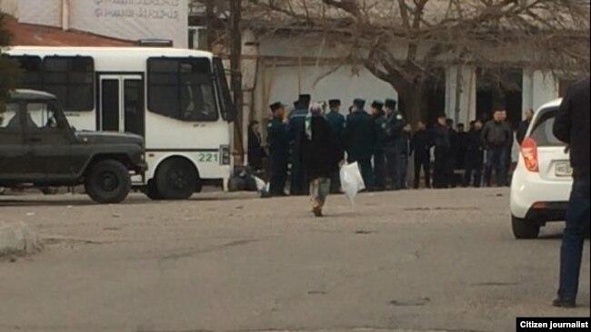 Рейд против «черных валютчиков» в Алмазарском районе Ташкента.