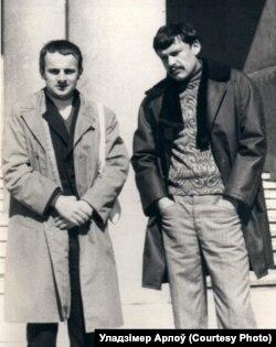 Генадзь і Ўладзя на ганку альма-матэр, 1975 год