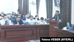 На трибуне выступает свидетель Александр Забиров. Фото из зала суда по делу бывшего премьер-министра Казахстана Серика Ахметова. Караганда, 4 ноября 2015 года.