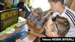 Группа юных волонтеров монтирует видеосюжет для молодежного телевидения. Темиртау, 25 июля 2013 года.