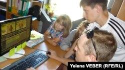 Жас волонтерлер интернет телеарна үшін түсірілген бейнесюжетті монтаждап отыр. Теміртау, 25 шілде 2013 жыл.