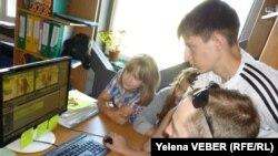 Молодые волонтеры монтируют видеосюжет для молодежного телевидения. Темиртау, июль 2013 года. Иллюстративное фото.