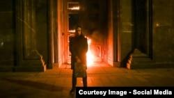 Художник Петр Павленский перед горящим входом в главное здание ФСБ России