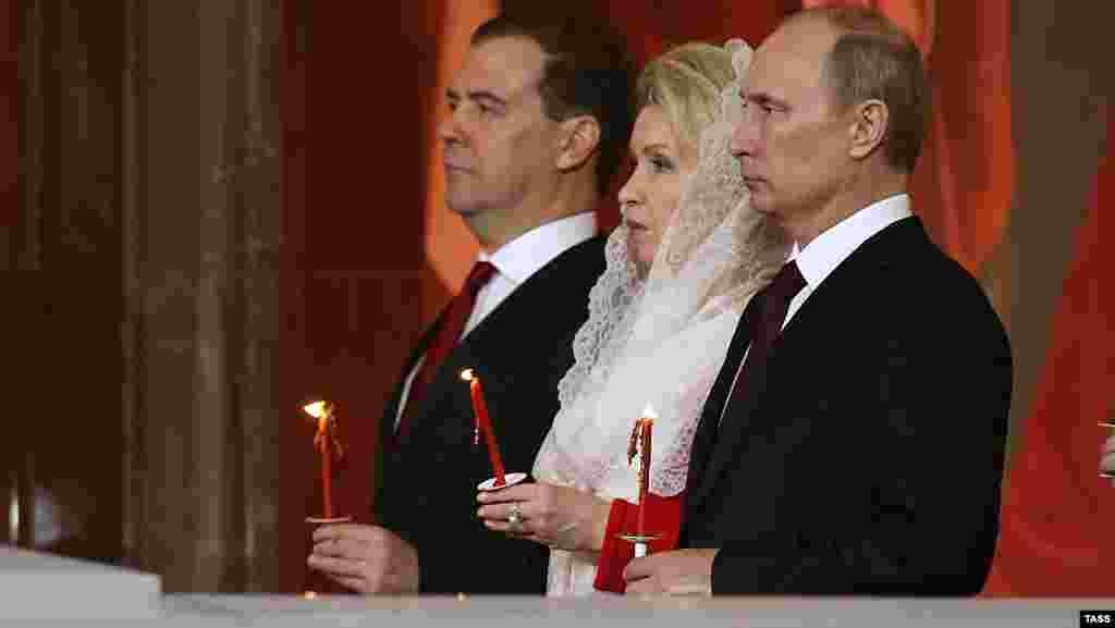 Dmitry Medvedev, Svetlana Medvedeva, Vladimir Putin Moskvada yerləşən kilsəni ziyarət edərkən