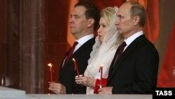 Дмитрий Медведев, Светлана Медведева и Владимир Путин в храме Христа Спасителя