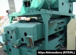 Зерновеяльная установка в МТС села Кызылагаш. Алматинская область, 14 октября 2011 года.