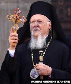 Вселенський патріарх Варфоломій благословляє вірян під час освячення нового собору в Бухаресті. 25 листопада 2018 року