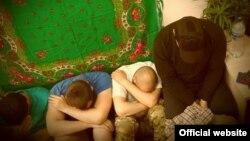 Фото, размещенное на сайте Службы безопасности Украины, под сообщением о задержании подозреваемых в связях с ИГ иностранцев.