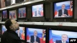 «Участие в дебатах нанесло бы ущерб и не только «Единой России», но и, что более важно, Владимиру Путину, который ее лидер, но при этом сам он в дебатах участвовать заведомо не станет и не может по статусу»