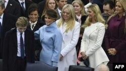 Мелания Трамп, дочери Трампа - Тиффани и Иванка, а также Ванесса Трамп (справа) на инаугурации президента США, 20 января 2017 год