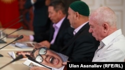 Ош окуясы маалындагы тынчтык жарчылары президент Атамбаев менен кезигүүдө, 10-июнь, 2015