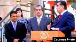 """Президент Таджикистана Эмомали Рахмон (справа) и бизнесмен Зайд Саидов (слева) на открытии комплекса """"Пойтахт"""" в Душанбе."""