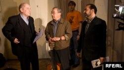 Виктор Шендерович (справа) на концерте в поддержку политзаключенных вместе с Александром Филипенко (слева) и Юлием Кимом