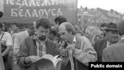 Дэпутаты Сяргей Навумчык і Лявон Баршчэўскі на мітынгу БНФ, 1992. Фота Ул. Сапагова