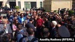 Arxiv fotosu: NİDA-çıların məhkəməsi zamanı binanın qarşısına toplaşan gənclər.